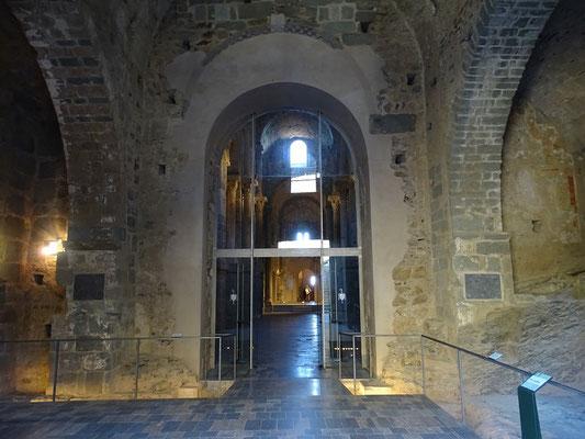 Vorhalle (Narthex) - Ursprünglich trat man durch das skulpturengeschmückte Portal des Meisters von Cabestany in die Kirche ein