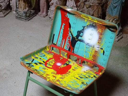 Ein künstlerischer, aber wenig bequemer Stuhl in der Halle