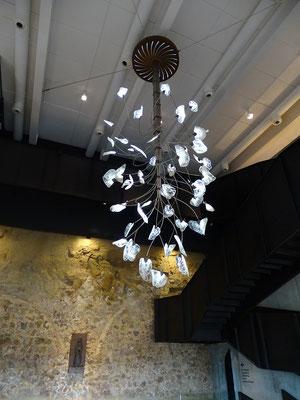 Zurück in die Eingangshalle des Museums: Leuchter