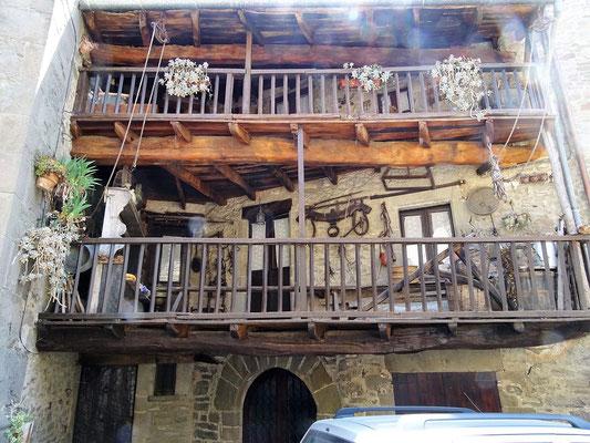 Blick auf Balkone mit landwirtschaftlichen Attributen