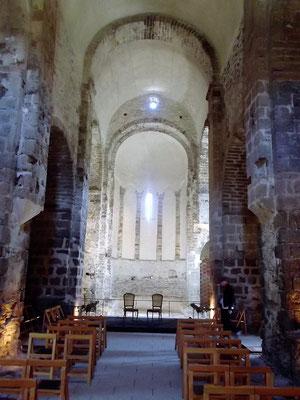 Blick in das Innere der Kirche. Die jetzige Kirche stammt aus dem 11./12. Jh.