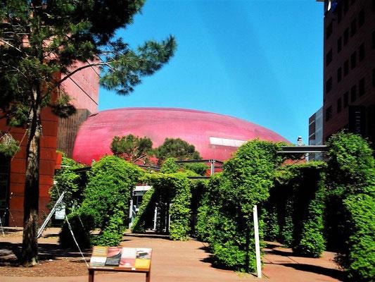 ...nach vielen historischen Orten fahren wir an einem modernen Theaterbau vorbei (Théâtre de l´Archipel)