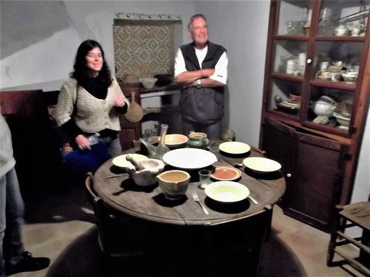 """Die alte Küche mit gedecktem Esstisch und Schrank mit """"Besuchsgeschirr"""""""