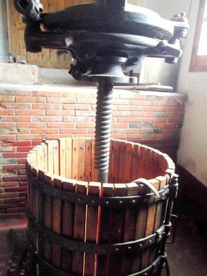 Die Gemeinschaft betreibt ökologischen Weinbau. Eine Weinpresse aus früheren Zeiten hat ausgedient, der Wein wird auf modernere Weise gekeltert