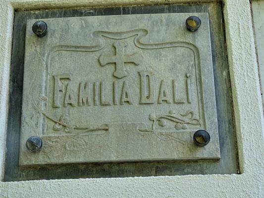"""Die bescheidene """"Grabnische"""" der Familie Dalí (hier wurde der erste Sohn des Vaters Salvador Dalí, auch Salvador Dalí genannt, der Bruder des Malers, bestattet)"""