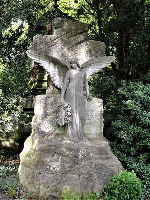 Hendrik nimmt an der Beerdigung Michaels teil. Über dem Familiengrab  breitet ein Engel seine Flügel aus (Stadtfriedhof Engesohde Hannover)