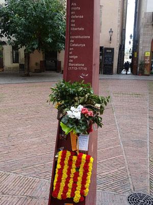 """Gedenksäule an die Opfer des 11. 11. 1714 auf dem Friedhof """"Fossar de los Moreres"""""""