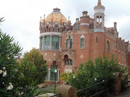 """Blick auf eine der """"Männerstationen"""" - links der """"Besucherturm"""", rechts der langgestreckte Krankensaal"""