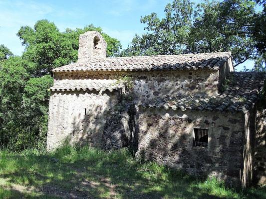 Erster Halt: die einsam gelegene Kapelle Sant Esteve de Llop hinter Darnius