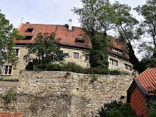 Das (wieder aufgebaute) Schloss von der Strasse aus gesehen