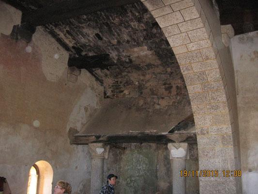 Und so sieht es jetzt aus - ein Brand unvorsichtiger Besucher hat die Balken und das Dach beschädigt. Unter der große Kamin.