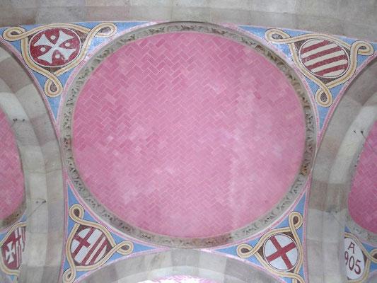 Deckengewölbe (Kacheln!) mit Wappen - links unten Wappen Barcelonas, rechts unten Georgskreuz, oben rechts Aragon/Katalonien, links Tatzenkreuz der Kathedrale