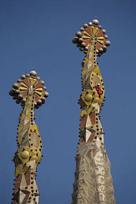 Turmspitzen, rechts mit einem Bauarbeiter (Quelle: wikimedia commons - Autor: PMRMaeyert 2008)