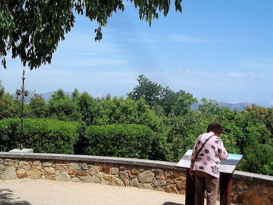Von dort öffnet sich die ( die jetzt allerdings durch Bewuchs eingeschränkte) Aussicht über die Ebene des Baix Empordà, Teile der Costa Brava bis hin zu den Pyrenäen