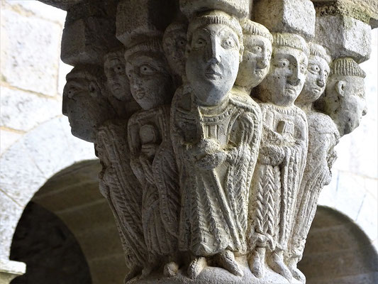 Benediktinermönche unter Führung des Abtes auf einem Kapitell im oberen Kreuzgang