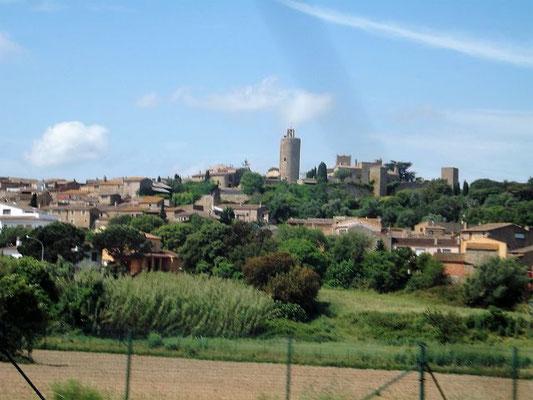 Blick auf Pals - überragt vom Torre de les Hores, dem Stundenturm und altem Bergfried der abgerissenen Burg (11./12. Jh., Stundenturmnach Beseitigung der Burg seit dem Ende des 15. Jh.)