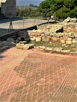 Der ausgegrabene Tricliniuum-Raum (Esssaal) mit der Inschrift am oberen Ende
