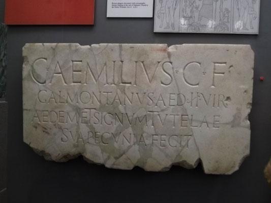 """Weihetafel des Caius Aemilius Montanus, der """"mit eigenem Geld"""" den Tempel der Tutela stiftete"""