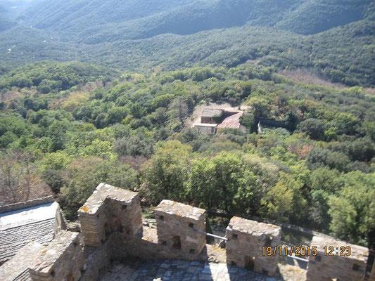 Blick auf Bauernhof - jetzt Kuhstall -unterhalb der Burg