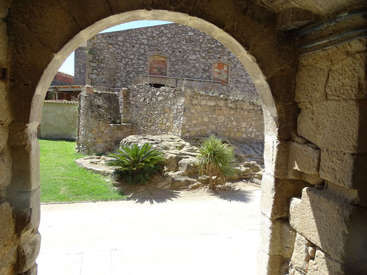Mittelalterlicher Tordurchgang zur Kirche
