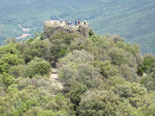 """Blick auf die Vorburg mit dem """"Turm der Hexen"""", ein Teil der alten Burganlage"""