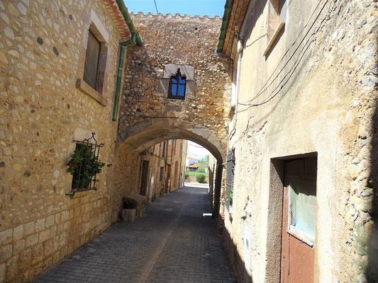 """Blick in eine der Gassen des Ortsteiles """"La Força"""" (Festung) - mit Verbindungsbogen der Häuser Sopa"""