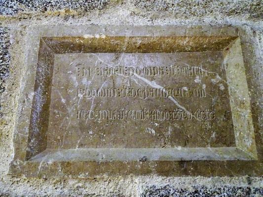 Die Kirche war Grablege der Ortsadligen - in Mauer eingelassenes Ossuar mit Gedenktafel