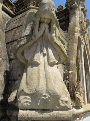 Trauernde Frauenfigur an einem Pantheon
