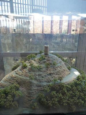 """Die erste """"Baustufe"""" der Burg: ein Turm (11. Jh.)"""