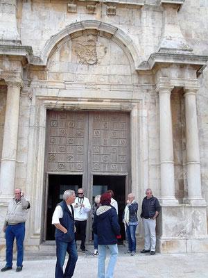 Vor der Kirche von L´Escala, geweiht dem Fischerheiligen Sankt Peter und der frühchristlichen Märtyrerin Santa Maxima