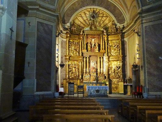 Das Innere der Kirche mit einem prächtigen barocken Hochaltar