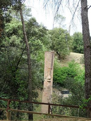 Eine Säule mit lächelndem Mund inmitten des Waldes