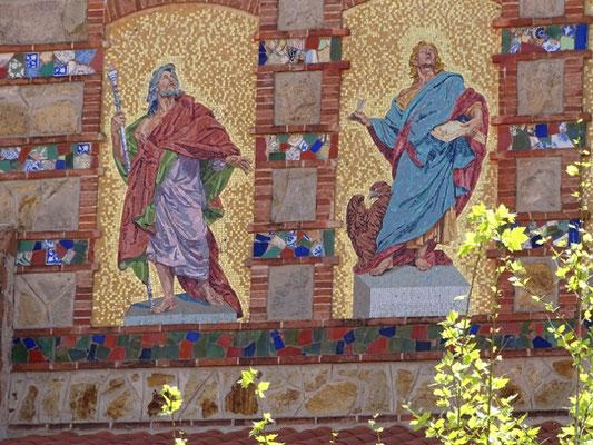 Zwei Apostel (rechts der Evangelist Johannes)