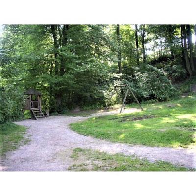 Im Stadtwald einer rheinischen Kleinstadt findet Hendrik eine Leiche. Auf dem Spielplatz hat er Michael, den Ermordeten, kennengelernt (Bild: aus www.spielplatztreff.de /M./ Stadtwald)