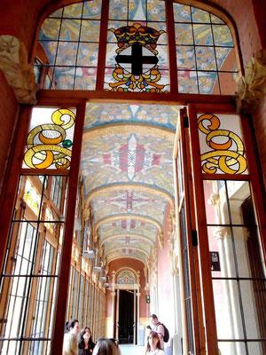 Seitengang (Vestibül) mit Glasfenstern und Arbeitsräumen (rechts)