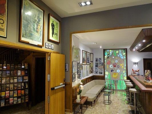 Eingangshalle des Hotel-Restaurants Duran mit vielen Erinnerungsstücken an Dalí