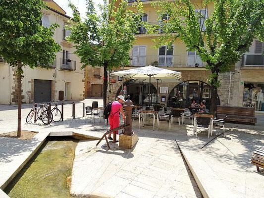 Auf dem Weg vom Parkplatz am Carrer Sant Benet in die Altstadt gelangen wir an die Plaza del Teatre. Überall durchziehen vom See gespeiste Kanäle die Stadt