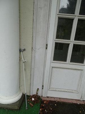 ...an dessen Eingang ein zurück gebliebener Krückstock von einem früheren Bewohner zeugt