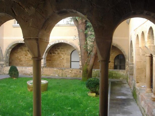 Der Kreuzgang - im Vordergrund die Säulen des alten Teils