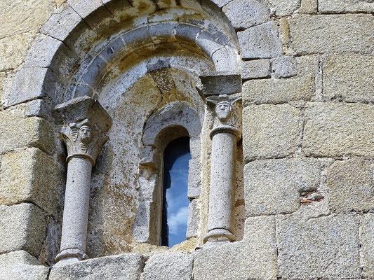 Außenfenster mit Figuren an den Kapitellen