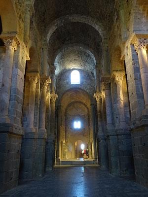 Blick in das Kirchenschiff in Richtung Altarraum.
