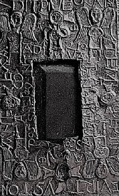 Die Oberseite des Kästchens. Der eingelegte Stein (Schiefer) diente als Ablage für Kelch und Hostienschale. Den Stein umgeben Christus- und Engelfiguren (Seraphim)