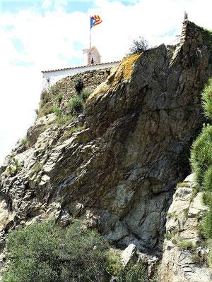 Über schroffen Felsen erhebt sich die Kapelle