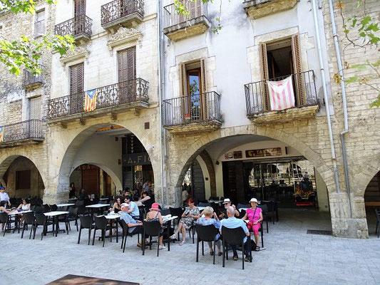 Rast auf der Plaza Major mit ihren Arkaden - einer der schönsten Plätze Kataloniens