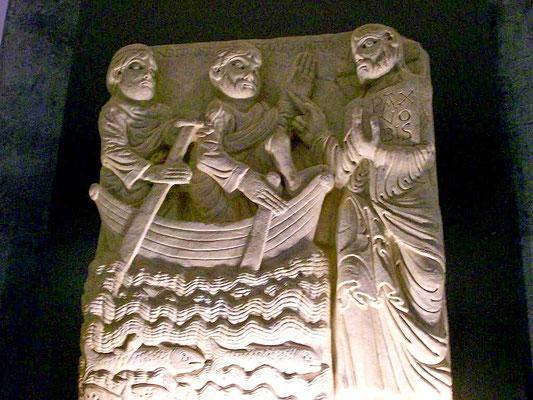 Ein erhalten gebliebenes Fragment des Portals: Jesus beruft die Fischer Petrus und Andreas auf dem See Genezareth zur Nachfolge