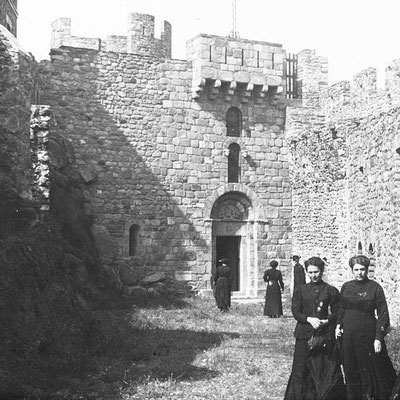 Requesens - Vor der Kirche 1912 (wikimedia)