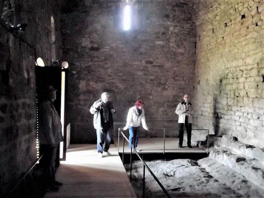 Im Inneren der romanischen Kapelle, in der in letzter Zeit Ausgrabungen stattfanden
