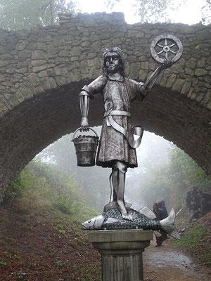 """Aber auf dem Großen Burgberg ist er wiederauferstanden, und man kann ihn als Symbol der """"erneuerbaren Energien"""" ( aus Erde, Wasser, Luft und Sonne) bewundern"""