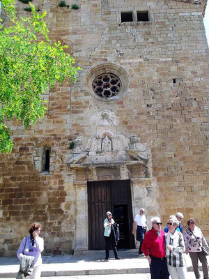 Vor der Kirche Sant Pere machen wir Halt. Die Kirche zeigt Elemente verschiedener Zeiten und Baustile. Im Inneren ist sie ein Beispiel katalanischer Gotik