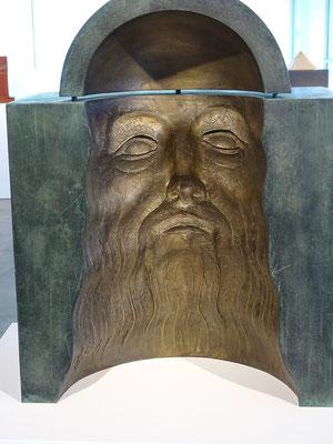 Leonardo - Skulptur von Subirachs